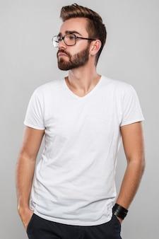 眼鏡のスタイリッシュな男