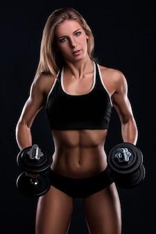 ダンベルを持つ強力なフィットネス女性
