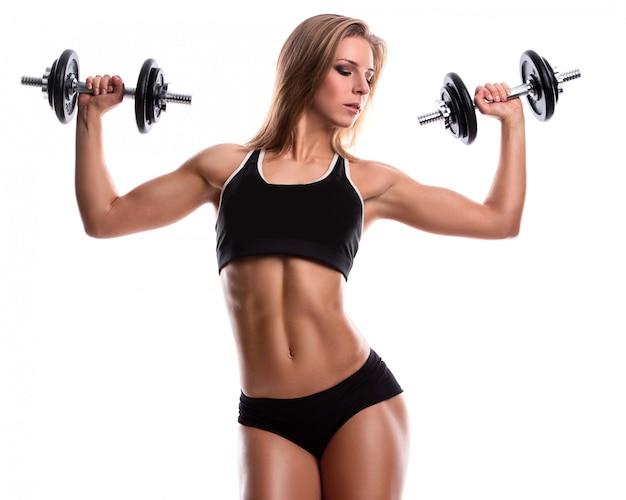 Сильная фитнес женщина с гантелями