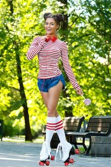 ローラースケートで幸せな女