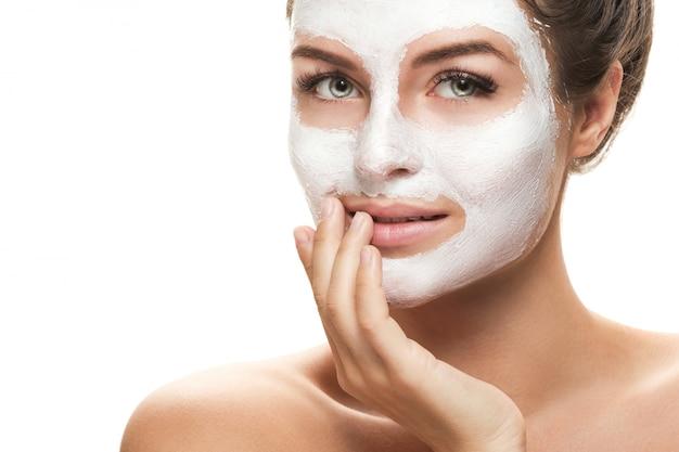 Красивая женщина с лицевой маской