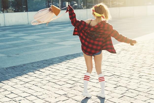 バックパックと幸せなスタイリッシュな女の子