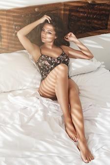 ベッドに横たわっているセクシーな女性