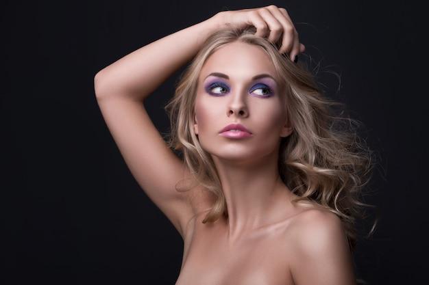 Блондинка с вьющимися волосами