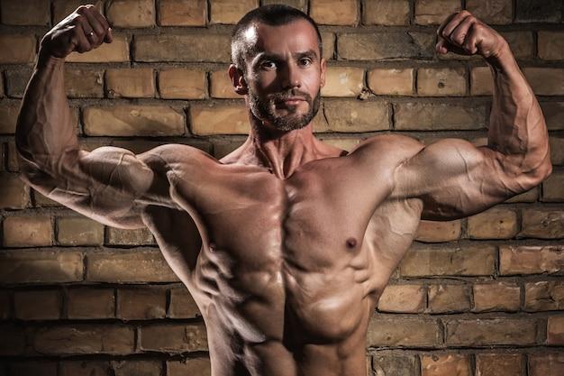 Человек показывает свои мышцы