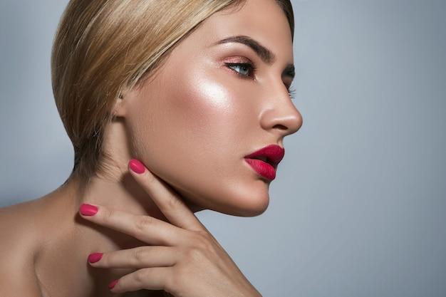 赤い唇と美しいブロンドの女性