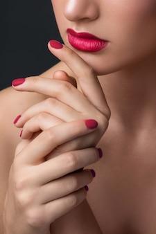 女性の唇と手