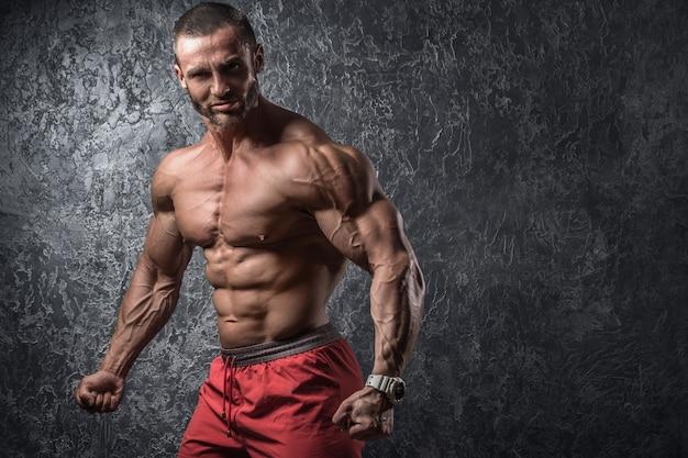 彼の筋肉を示す男