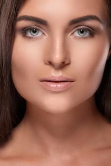 Красивая женщина с идеальной формой бровей и обнаженным макияжем