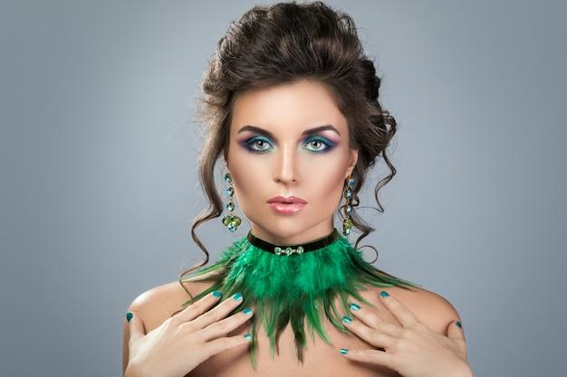 美しいイヤリングとネックレスを持つゴージャスな女性