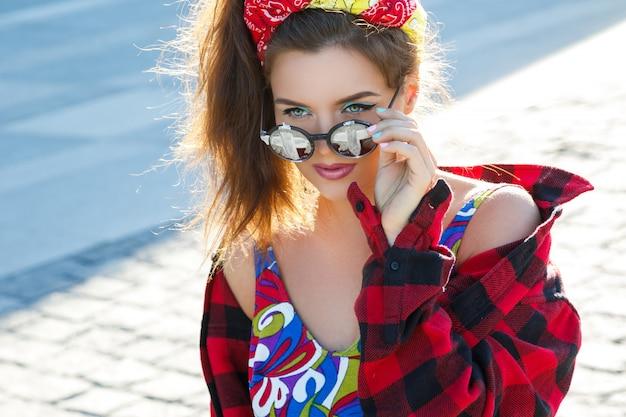 Красивая и стильная девушка на улице