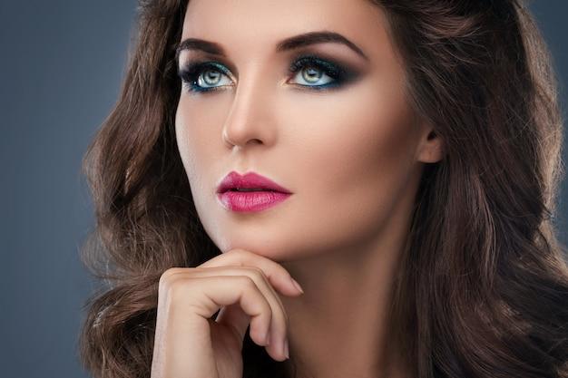 美しいメイクや髪型でゴージャスな女性