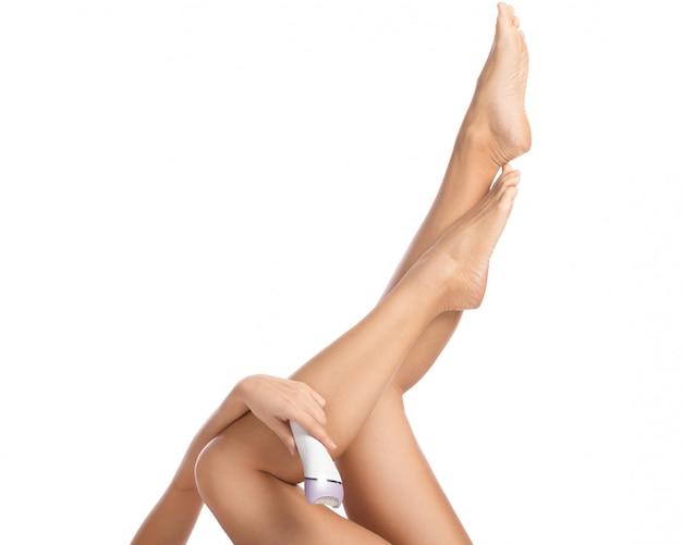 女性の脚と脱毛器