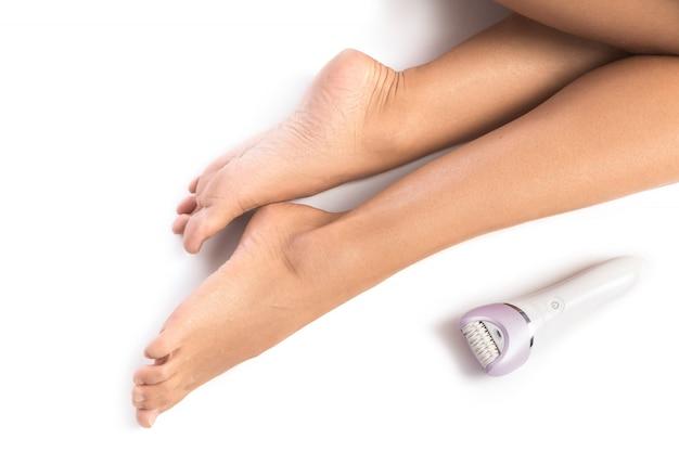 Женские ножки и эпилятор