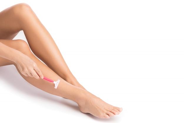Женские ножки и бритва для бритья