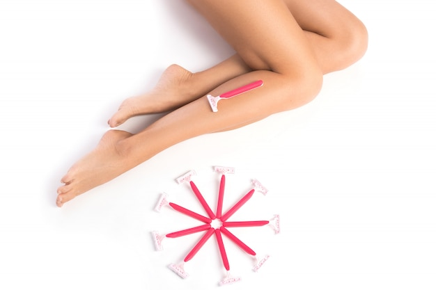 女性の足と剃毛かみそり
