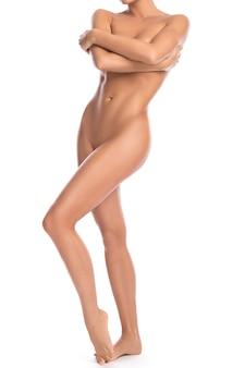 彼女の美しい体を手で覆っている裸の女性
