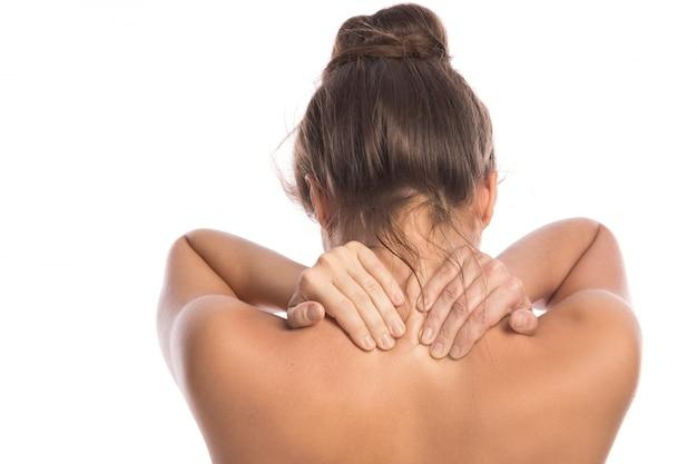 彼女の背中と首の痛みを持つ女性
