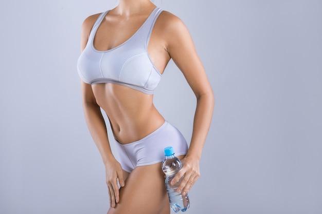 水のボトルを持つ女性
