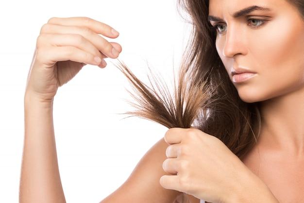 Молодая женщина недовольна своими волосами