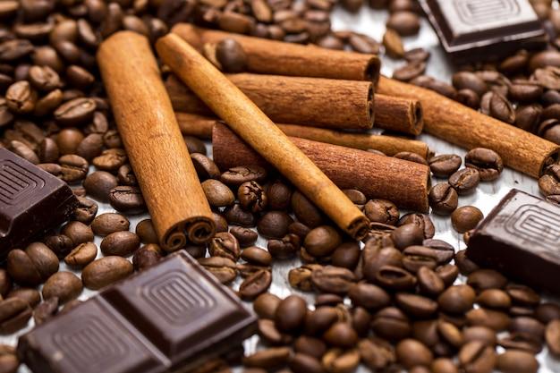 コーヒー豆、シナモンスティック、チョコレート