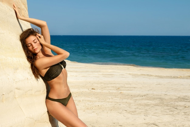 ビーチで美しい女性