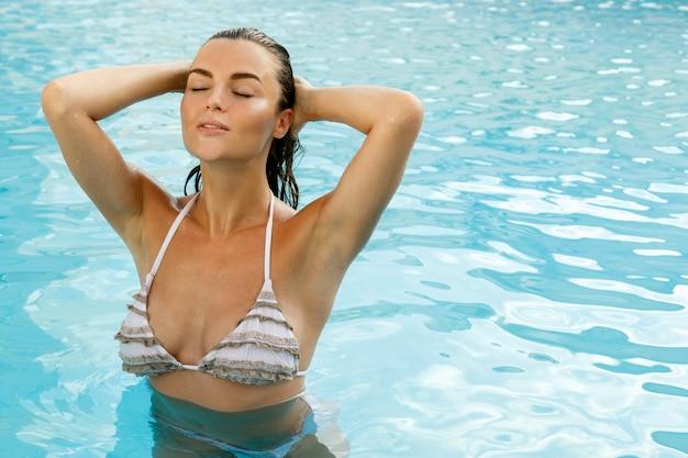 スイミングプールで美しい女性