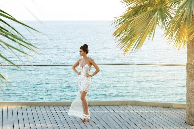 Великолепная женщина в красивом белом платье
