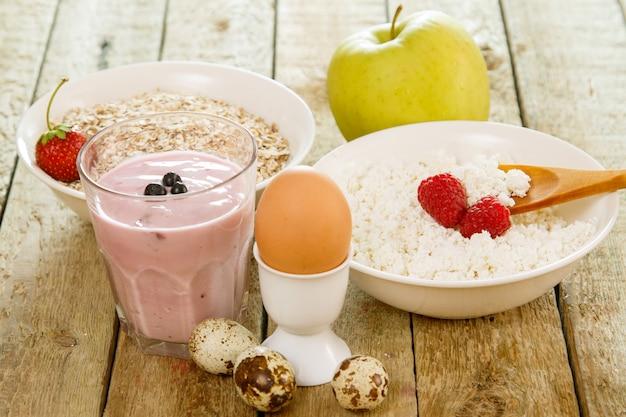 木製のテーブルで健康的な朝食