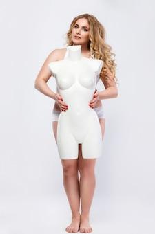 プラスサイズのモデルとダミーの女性の胴体
