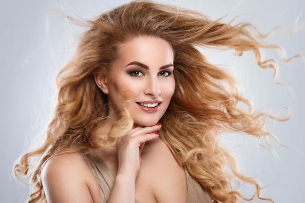 巻き毛の美しい金髪の女性の肖像画