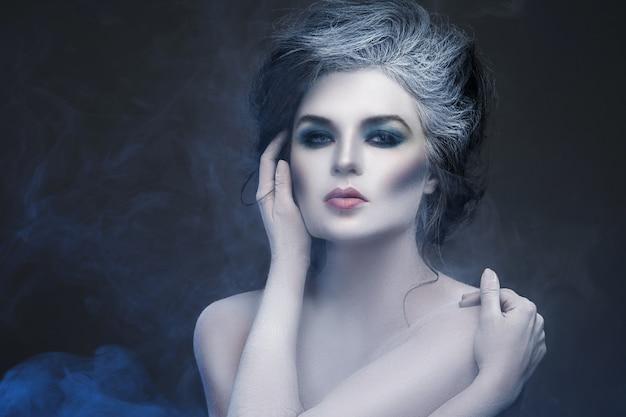 Женщина с креативным макияжем и боди-артом
