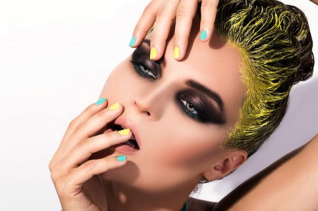 Портрет стильной девушки с желтыми волосами
