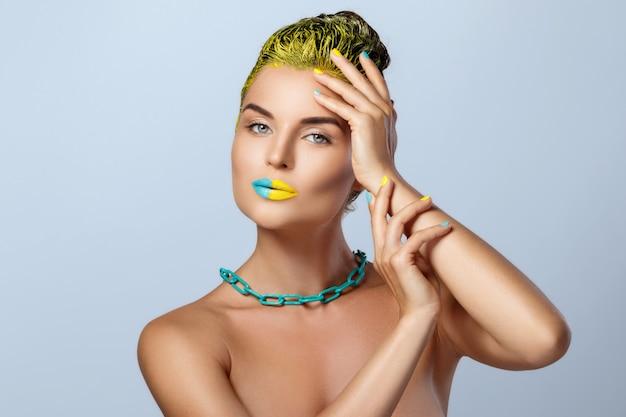 黄色い髪とカラフルな爪と唇と美しい女性