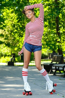 公園でローラースケートの女性