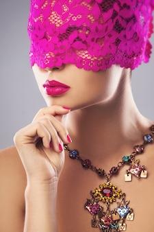 Женщина с розовой повязкой на глазах