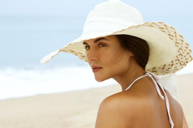 ビーチ帽子で美しい女性