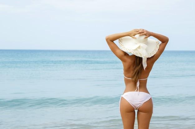 女性は海の景色を楽しんでいます
