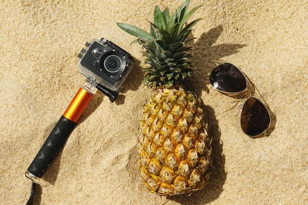 Ананас, солнцезащитные очки и экшн-камера