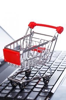 Тележка для покупок над клавиатурой