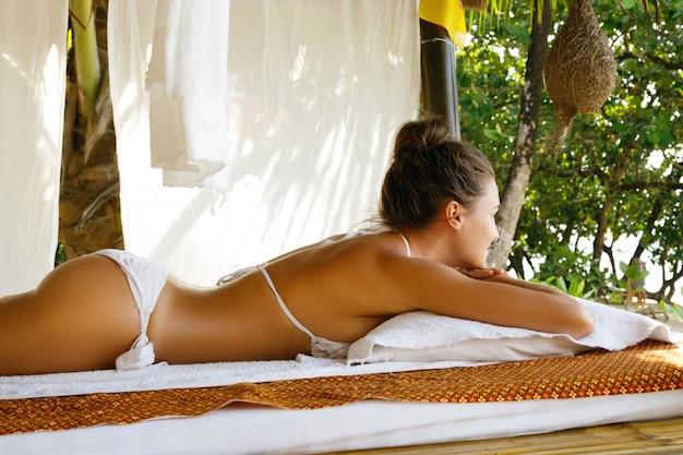 Женщина расслабляется после массажа