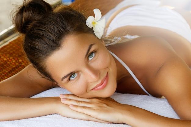 Довольная женщина после массажа