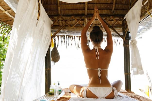 Женщина после традиционного тайского массажа