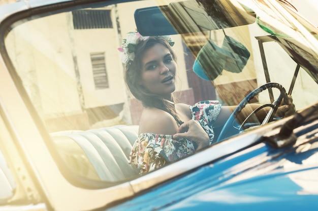 レトロな車を運転中の女性