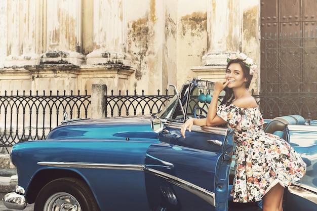 美しい女性とレトロな車