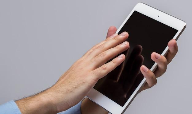 Белый планшетный пк в руках