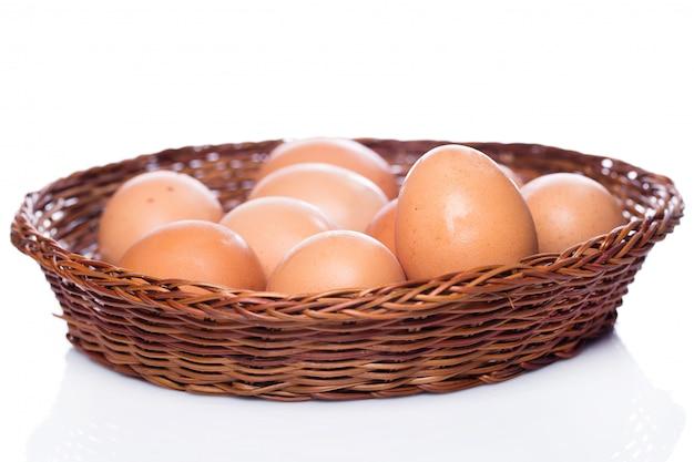かごの中の茶色の卵