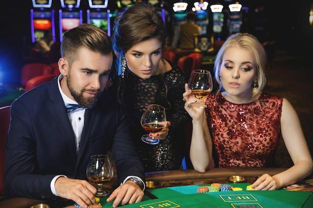 Молодые люди играют в покер в казино