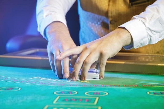 Раздающий в казино карты играть онлайн новинки