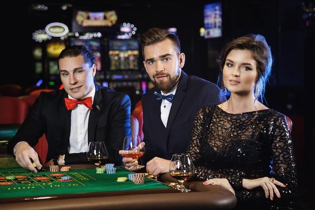 美しく、豊かな人々がカジノでルーレットをプレイ